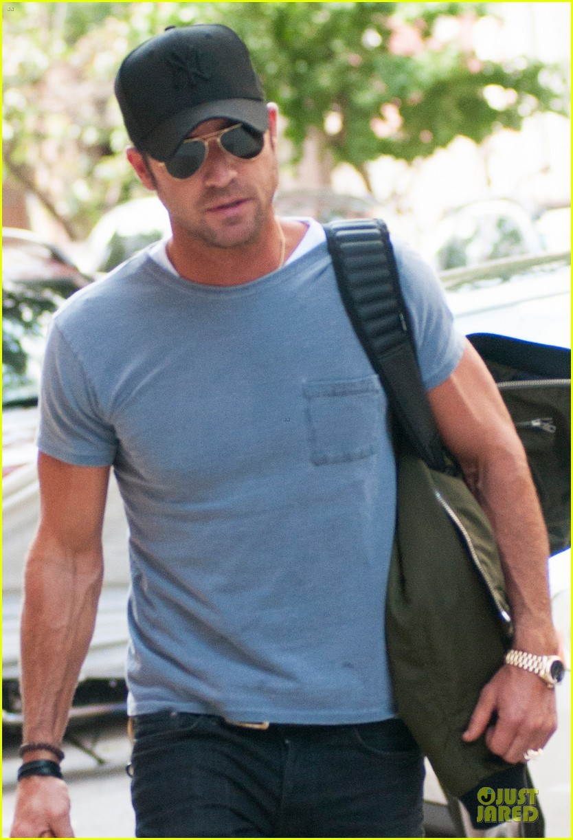 justin theroux luggage carrying guns in the big apple 042915489