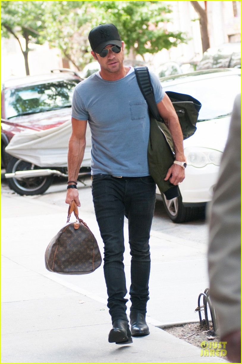 justin theroux luggage carrying guns in the big apple 052915490