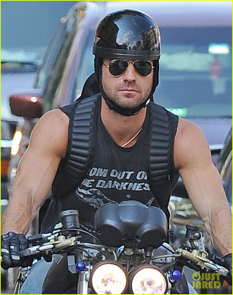 justin theroux muscular motorcycle man 042907722