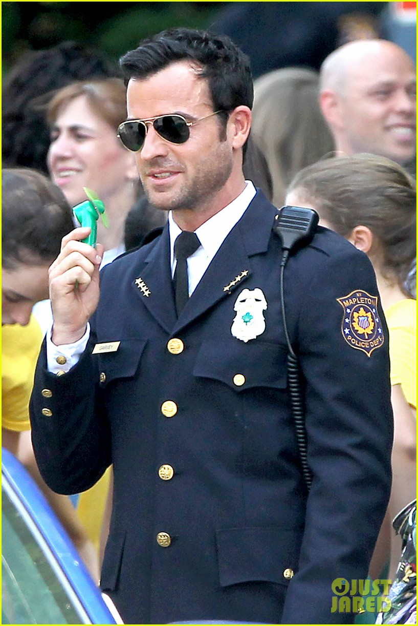 justin theroux is the man in uniform for the leftovers 012906024