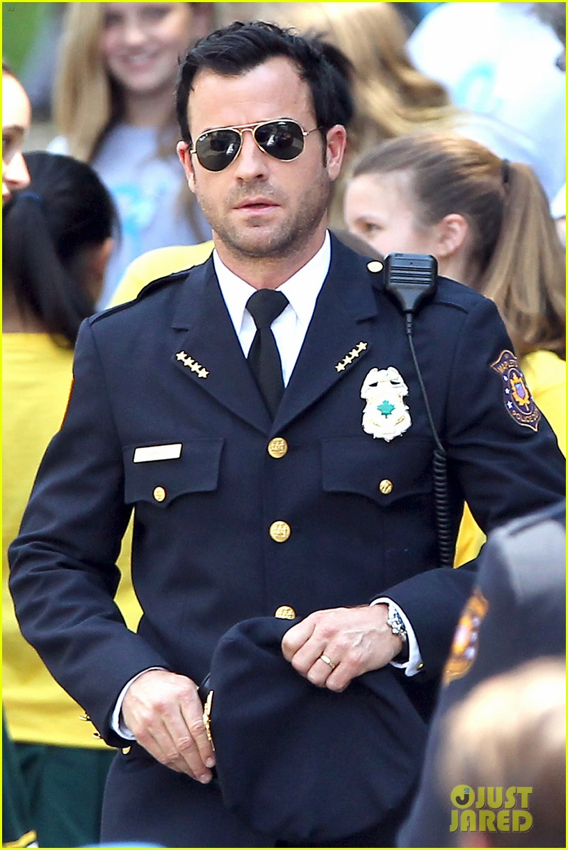 justin theroux is the man in uniform for the leftovers 032906026