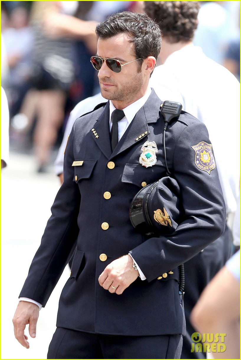justin theroux is the man in uniform for the leftovers 052906028