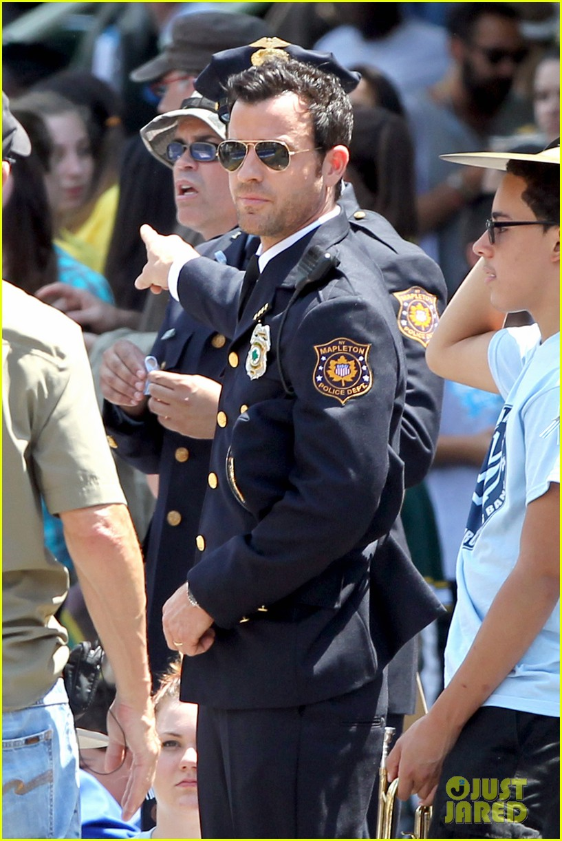 justin theroux is the man in uniform for the leftovers 072906030