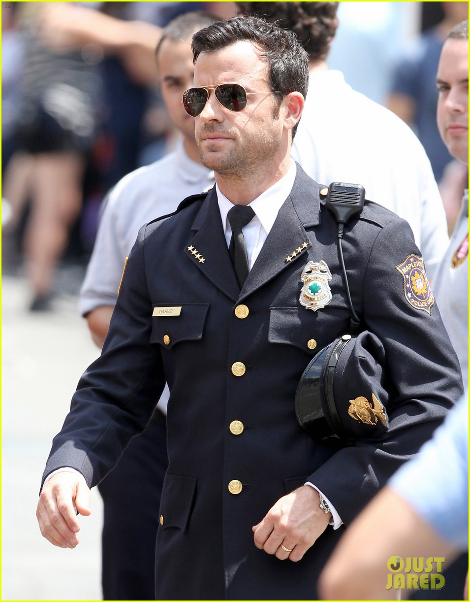 justin theroux is the man in uniform for the leftovers 122906035