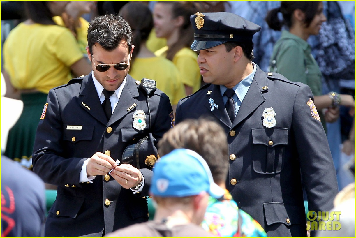 justin theroux is the man in uniform for the leftovers 13