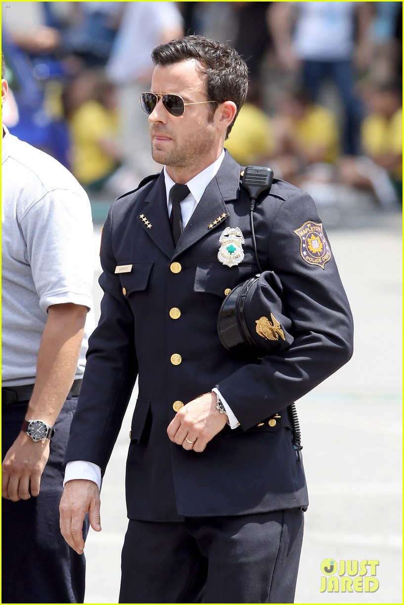 justin theroux is the man in uniform for the leftovers 142906037