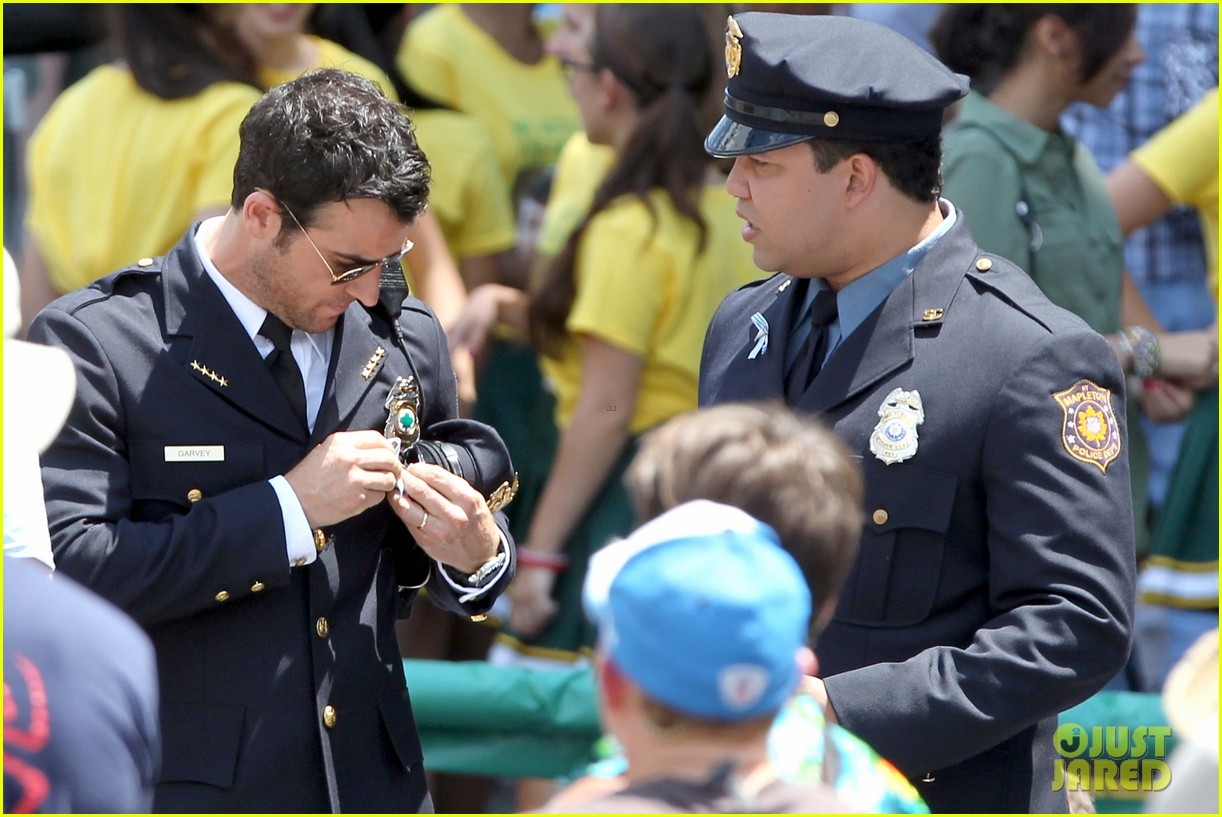 justin theroux is the man in uniform for the leftovers 19