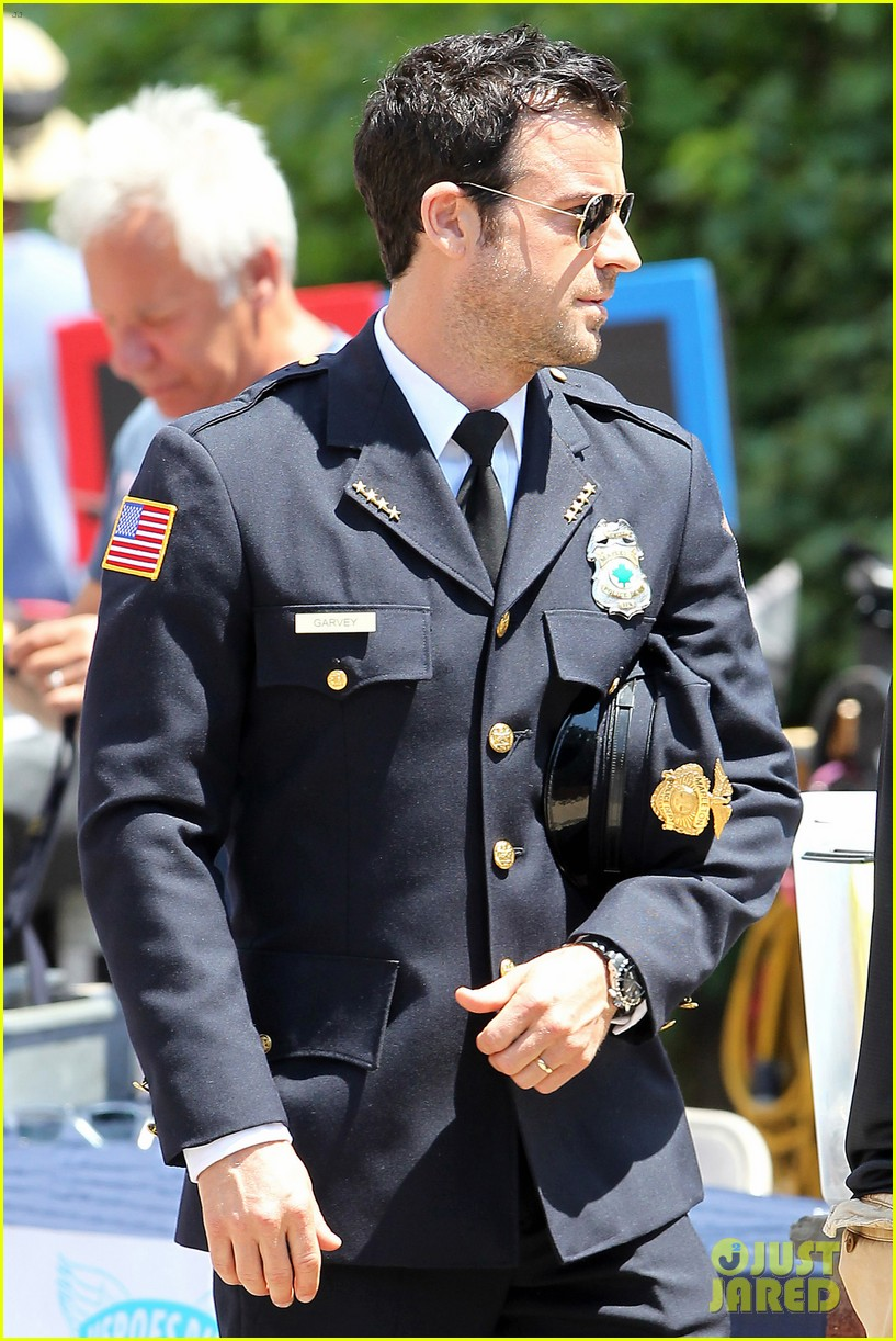 justin theroux is the man in uniform for the leftovers 202906043