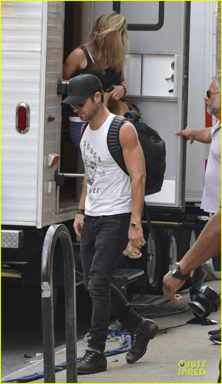 justin theroux visits jennifer aniston on squirrel set 012912627