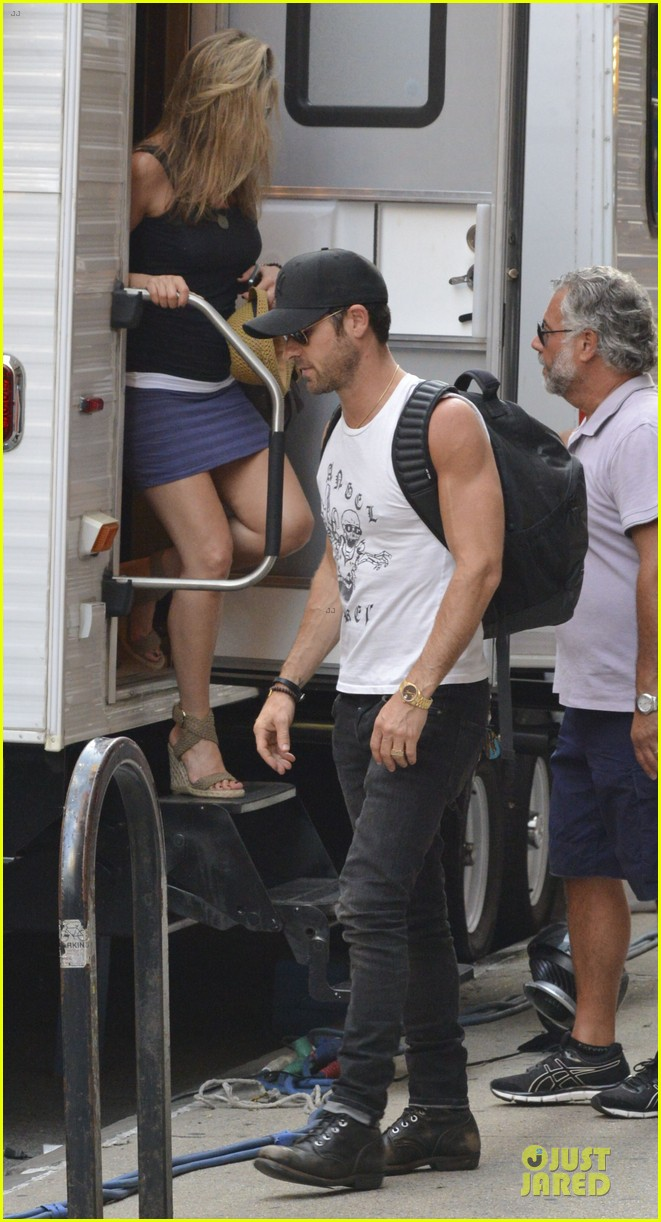 justin theroux visits jennifer aniston on squirrel set 032912629