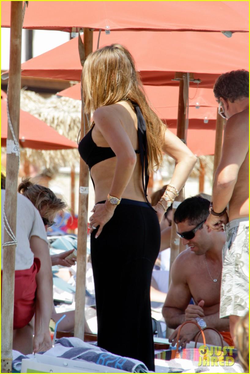 sofia vergara relaxes oceanside with shirtless nick loeb 012909479
