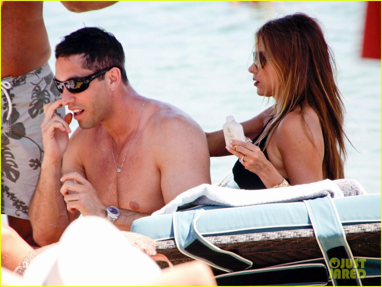 sofia vergara relaxes oceanside with shirtless nick loeb 052909483