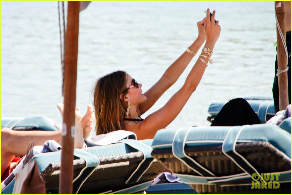 sofia vergara relaxes oceanside with shirtless nick loeb 112909489