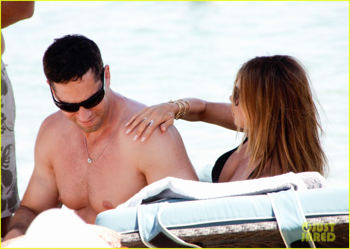 sofia vergara relaxes oceanside with shirtless nick loeb 132909491