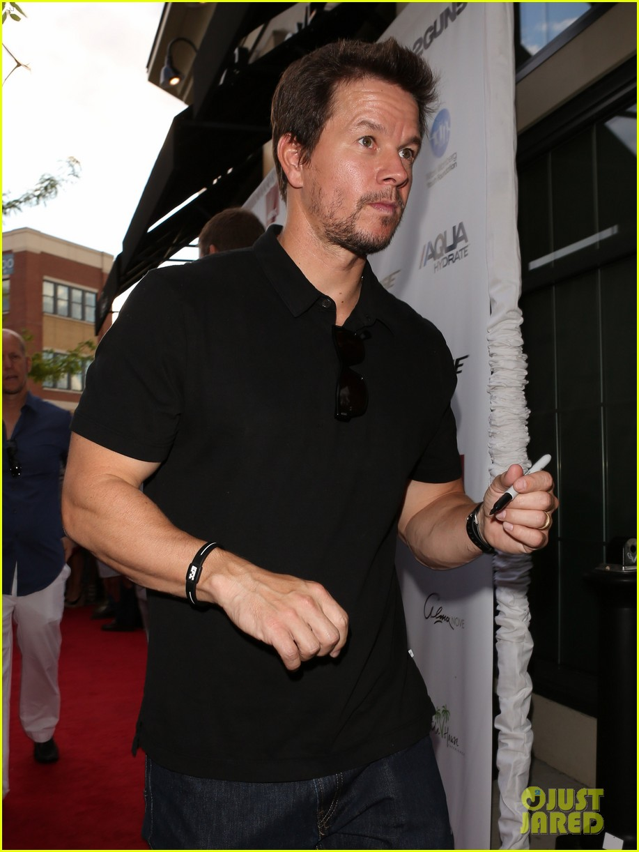 mark wahlberg 2 guns boston premiere 072920763