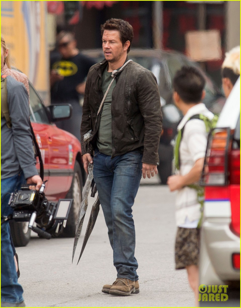 mark wahlberg nicola peltz film transformers 4 with jack reynor 13