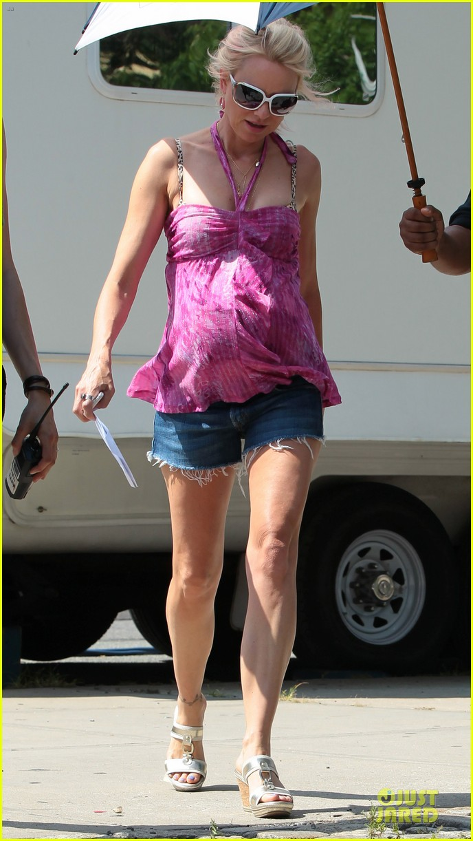 naomi watts fake baby bump on st vincent de van nuys set 012906332