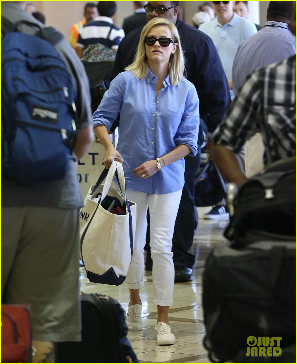 reese witherspoon flies the skies with baby tennessee 012906593