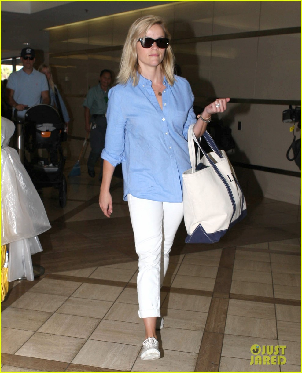 reese witherspoon flies the skies with baby tennessee 032906595