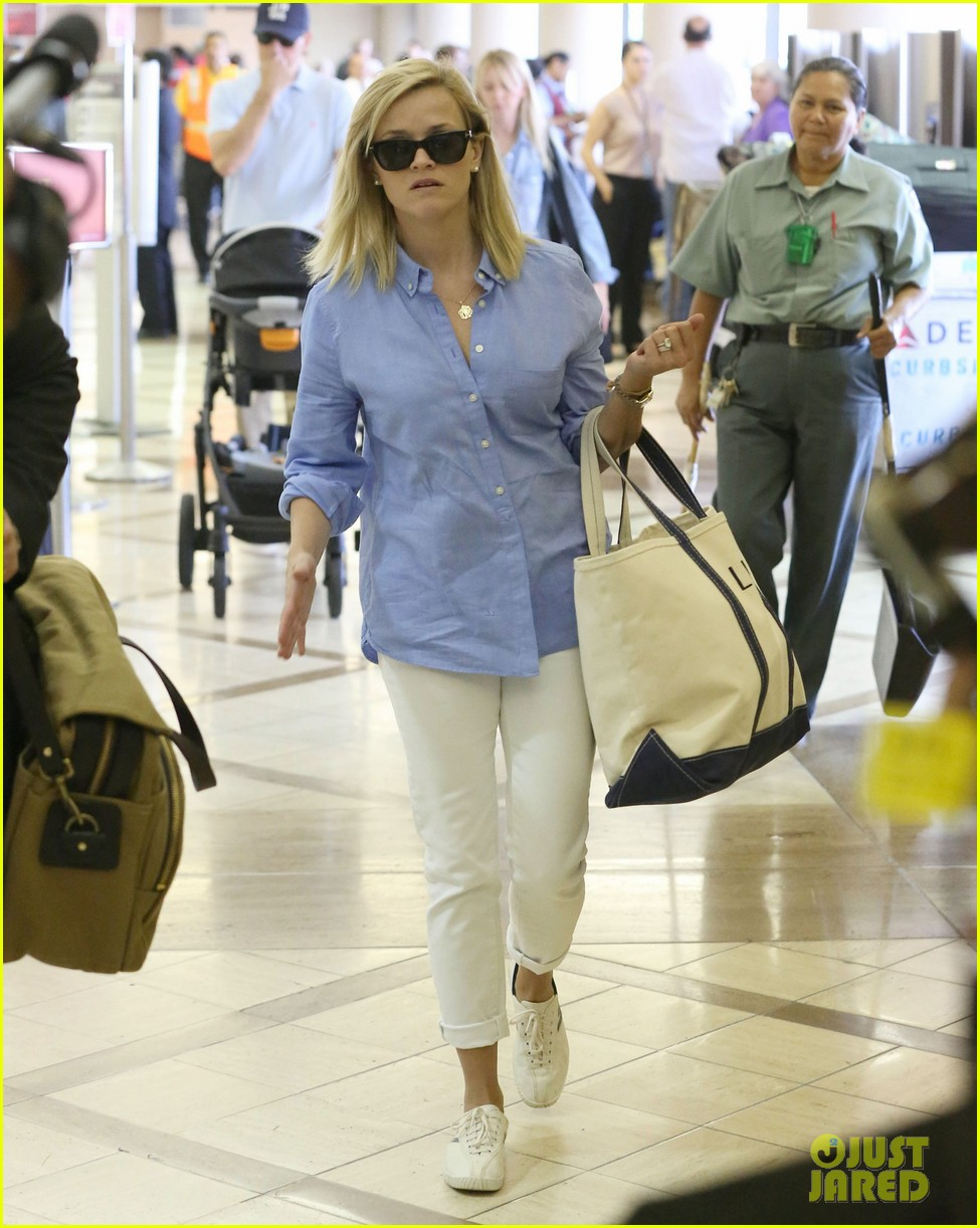 reese witherspoon flies the skies with baby tennessee 052906597