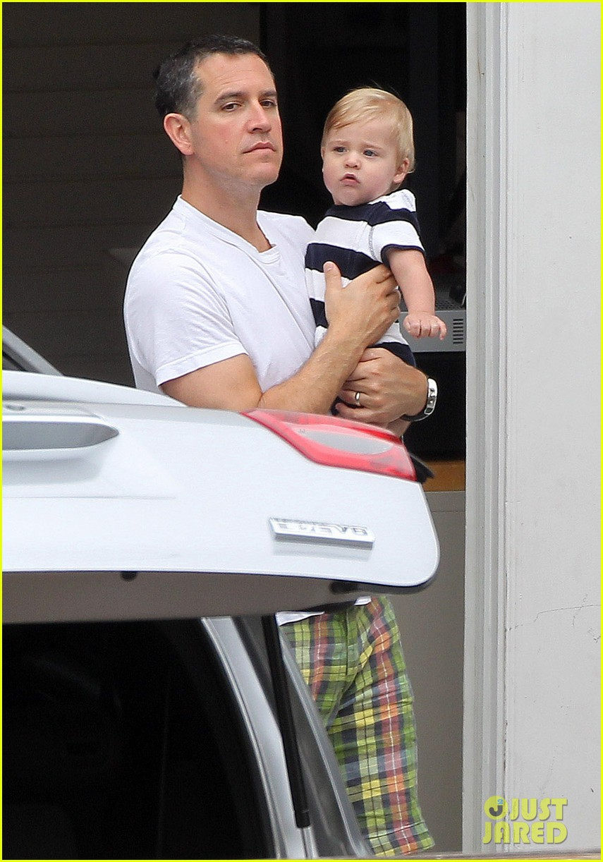 reese witherspoon flies the skies with baby tennessee 062906598
