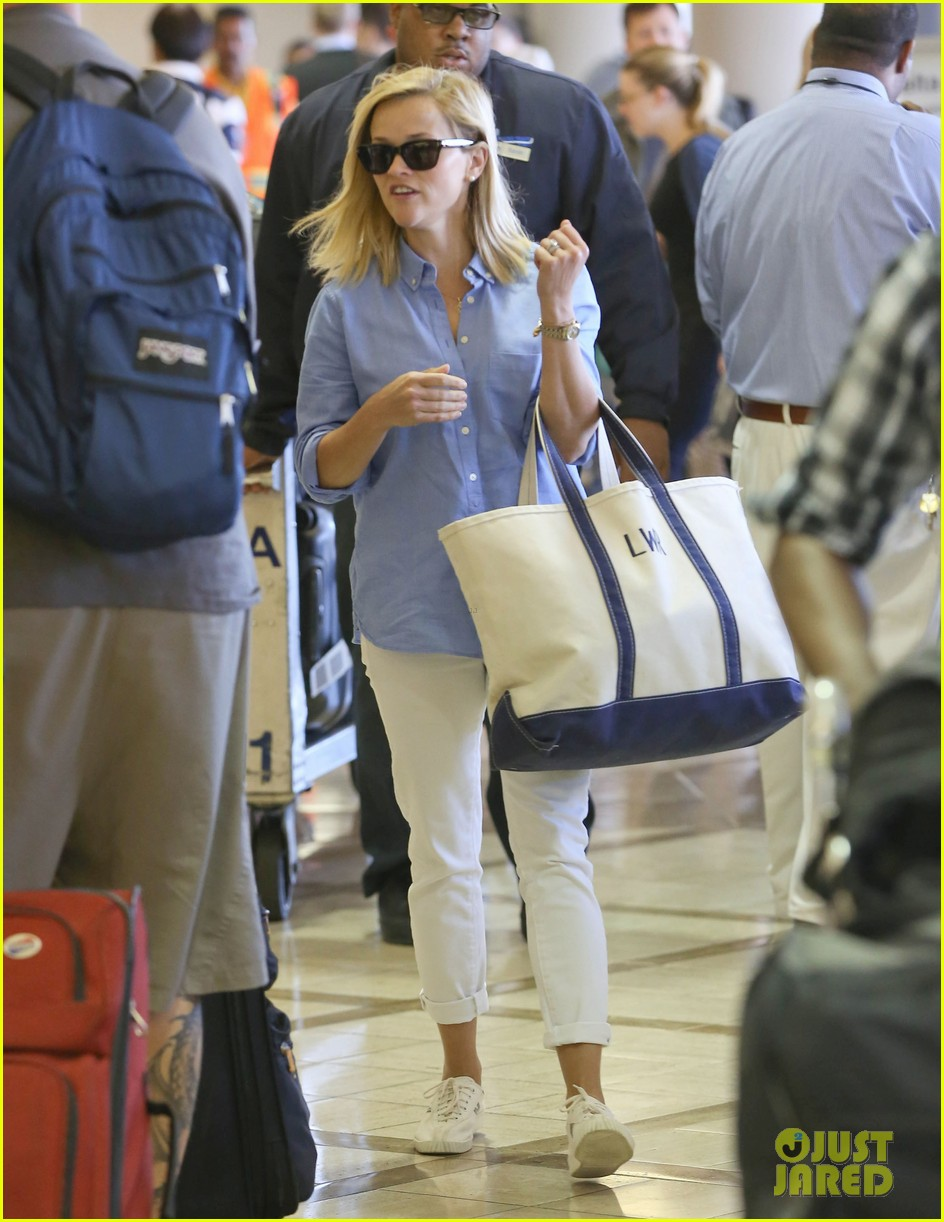 reese witherspoon flies the skies with baby tennessee 082906600