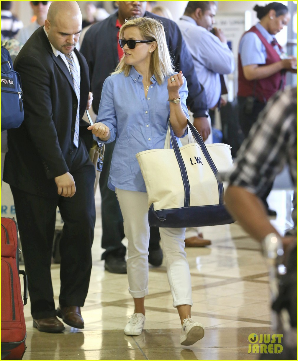 reese witherspoon flies the skies with baby tennessee 102906602
