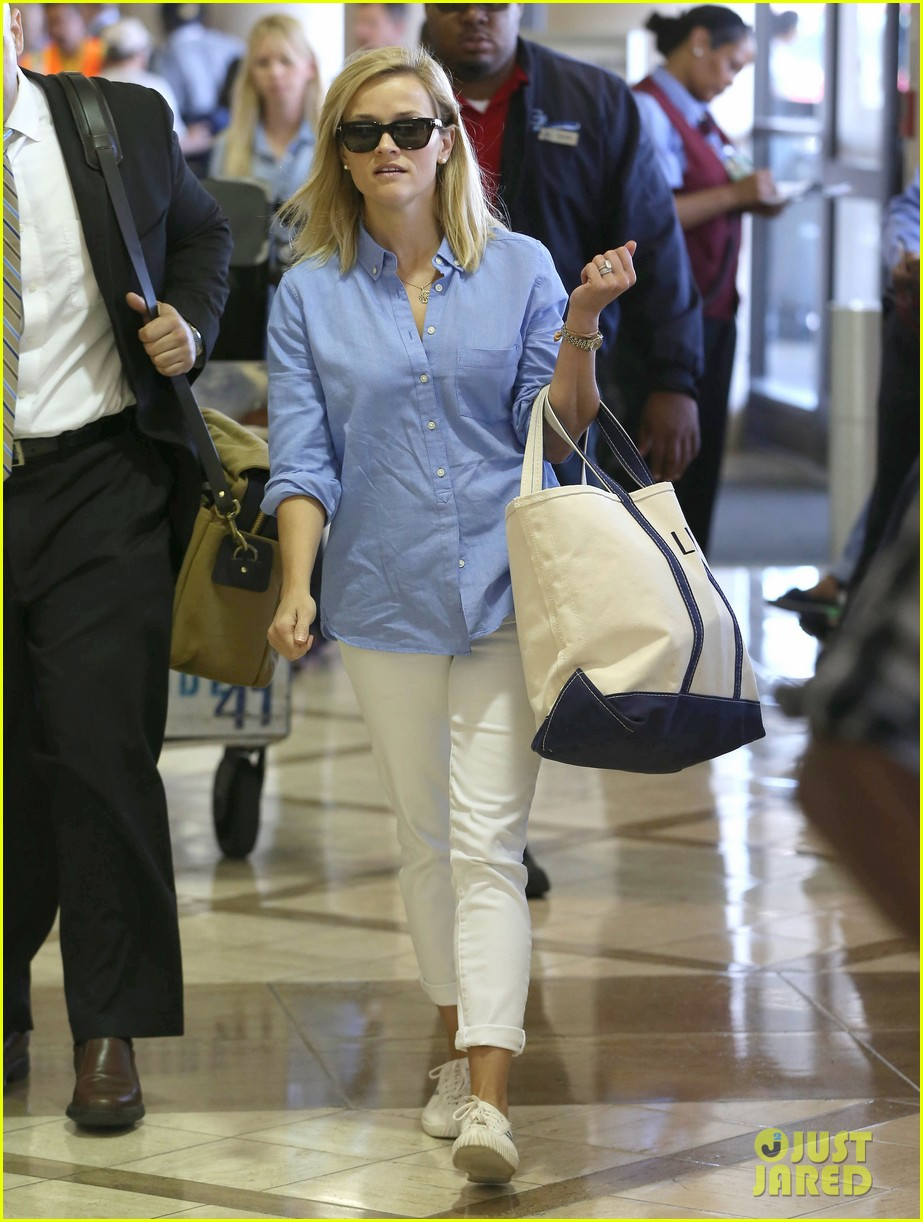 reese witherspoon flies the skies with baby tennessee 13