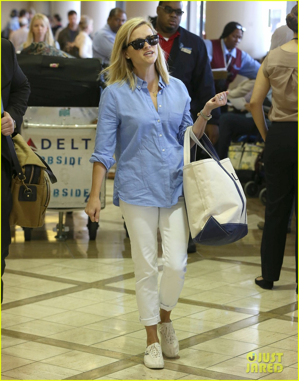 reese witherspoon flies the skies with baby tennessee 162906608