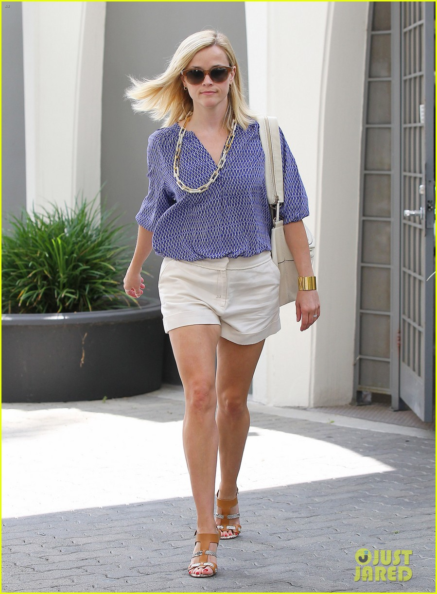 reese witherspoon monday morning workout office visit 032902077