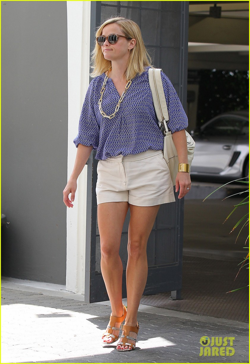 reese witherspoon monday morning workout office visit 092902083