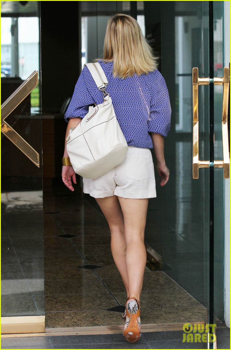 reese witherspoon monday morning workout office visit 152902089