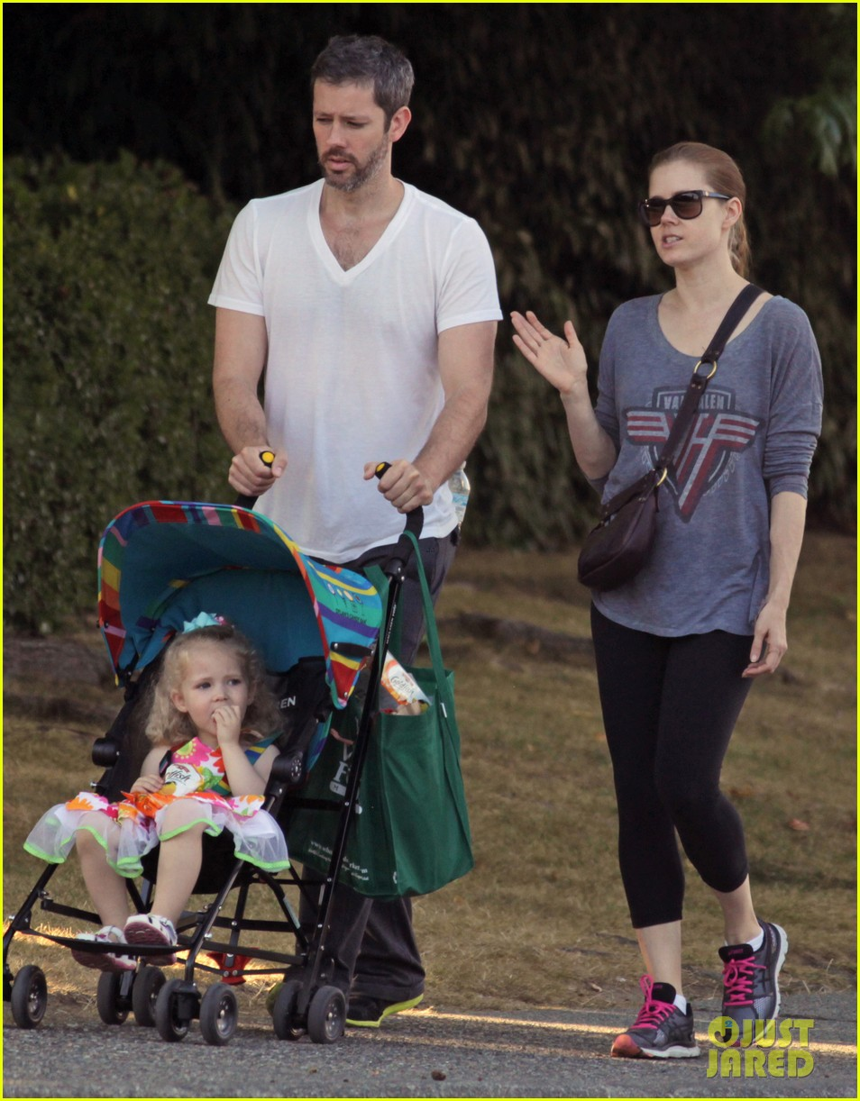 amy adams shops for groceries in vancouver with the family 012931080