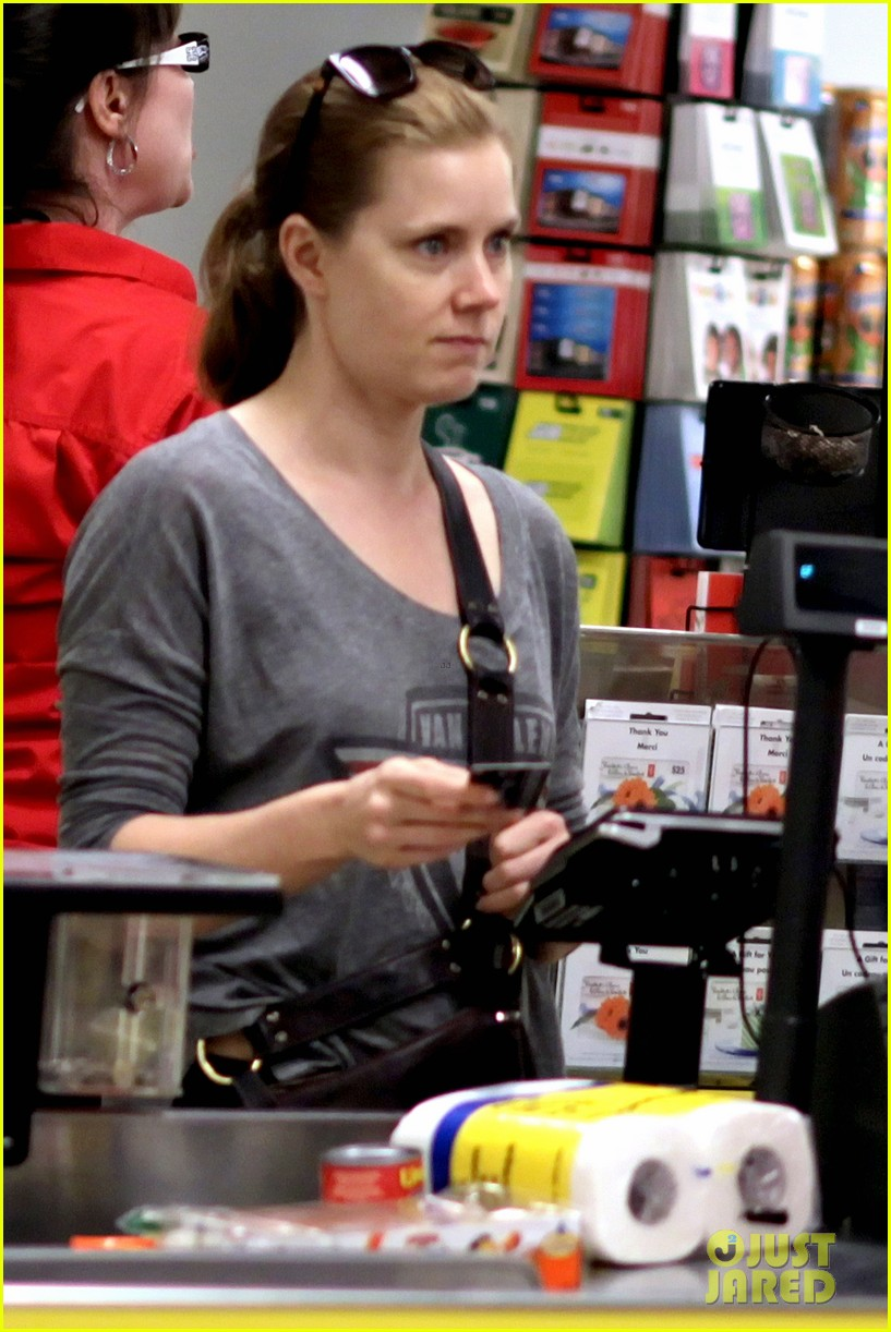 amy adams shops for groceries in vancouver with the family 022931081