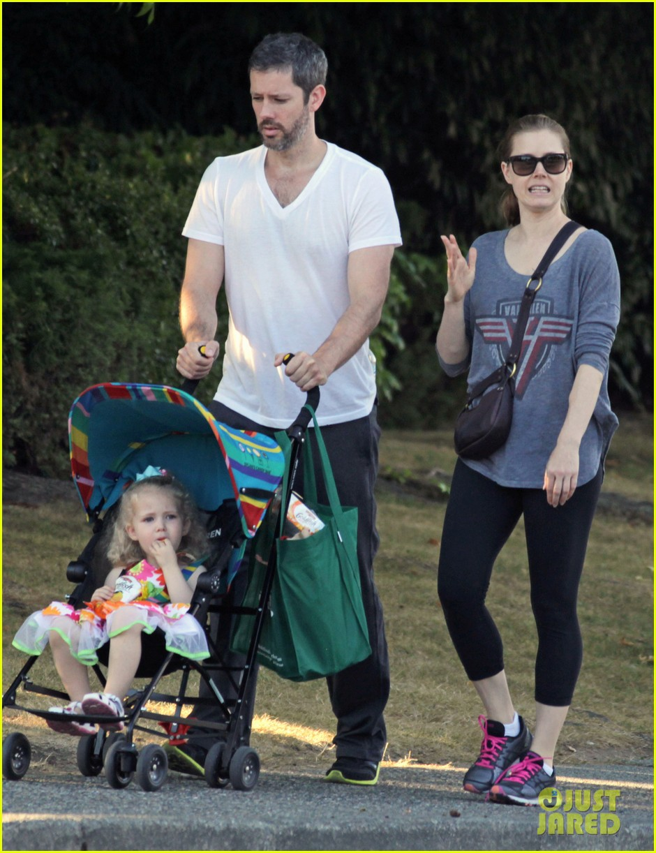 amy adams shops for groceries in vancouver with the family 072931086