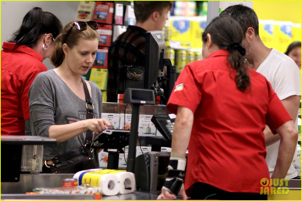 amy adams shops for groceries in vancouver with the family 082931087