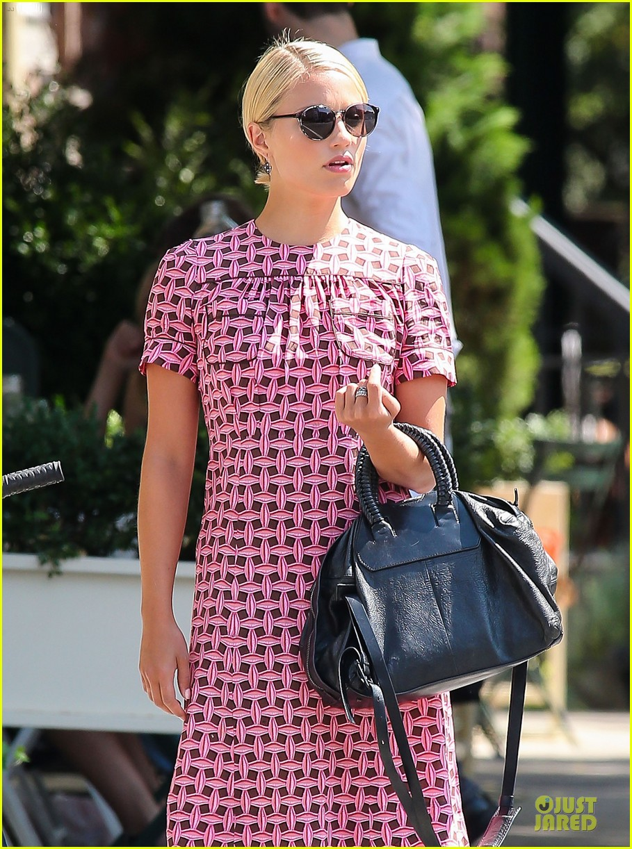dianna agron repeats cute dress for nyc solo stroll 042939191