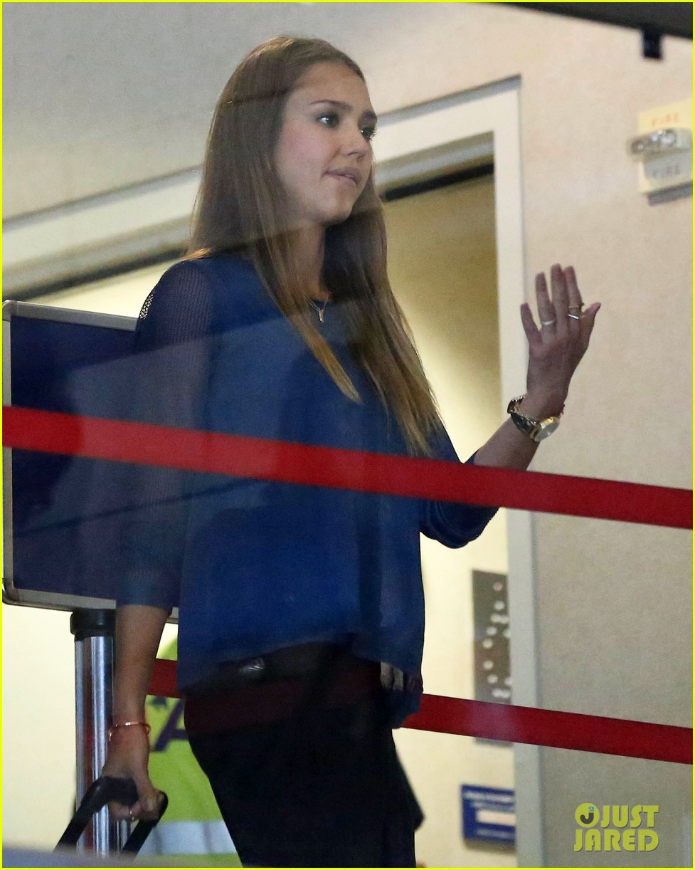 jessica alba takes a call before flying out of town 062940786