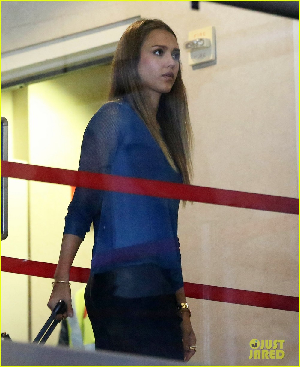 jessica alba takes a call before flying out of town 082940788