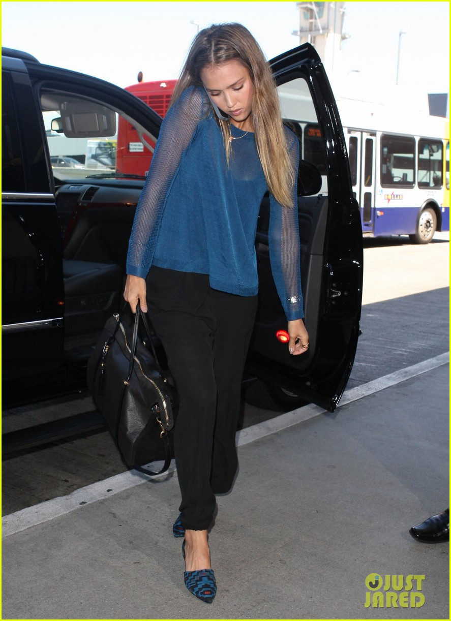 jessica alba takes a call before flying out of town 122940792