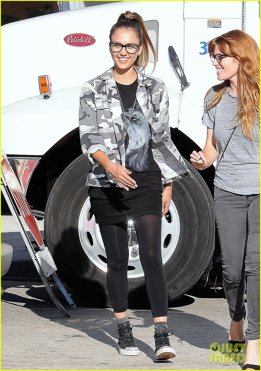jessica alba camo babe on stretch set 01