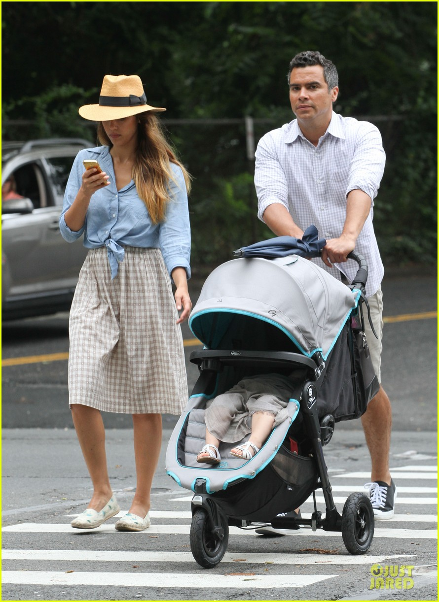jessica alba cash warren east hampton stroll with haven 032927364