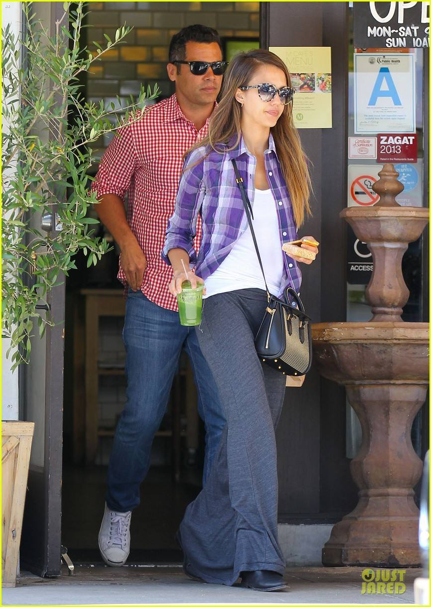 jessica alba cash warren kissing before lunch 112922489