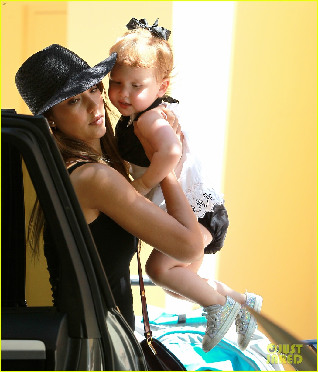 jessica alba stops by target with honor haven 032937399