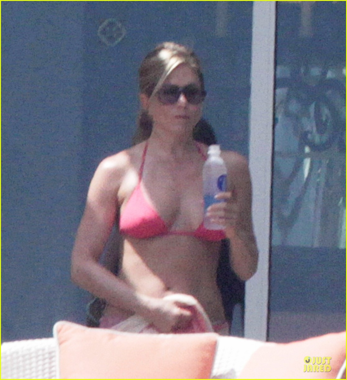 bikini clad jennifer aniston los cabos with shirtless justin theroux 03