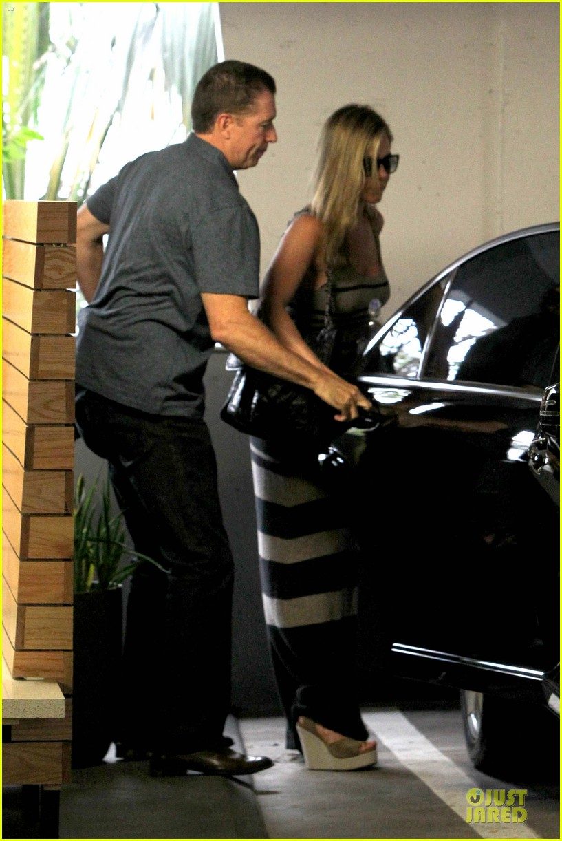 jennifer aniston plans justin theroux birthday party 09