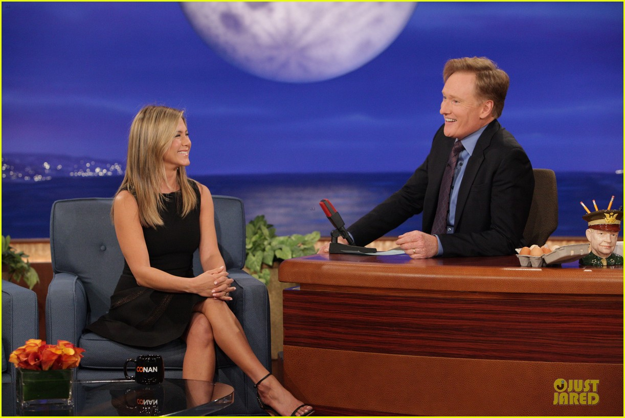jennifer aniston gives chicken eggs to conan 012926801