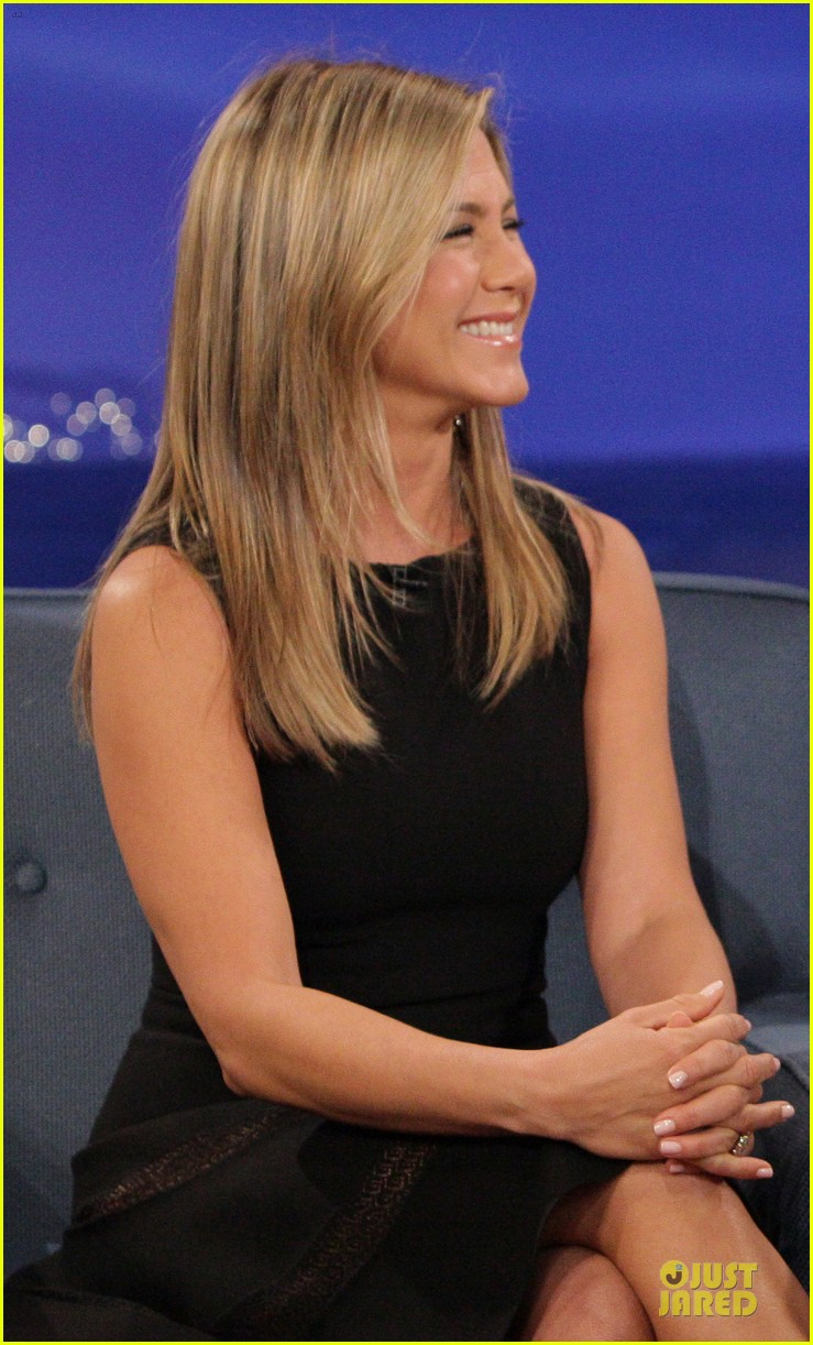 jennifer aniston gives chicken eggs to conan 02
