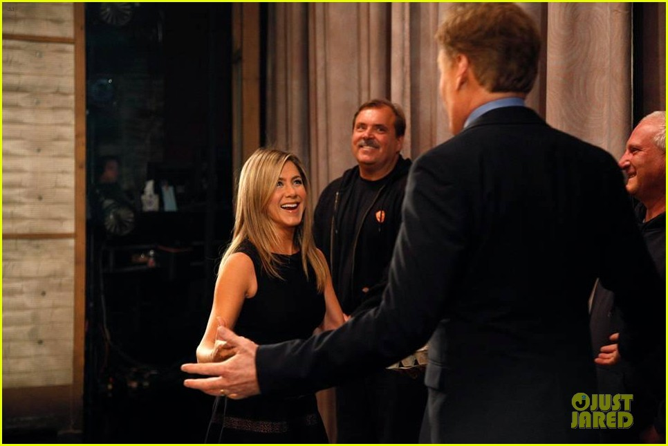 jennifer aniston gives chicken eggs to conan 032926803