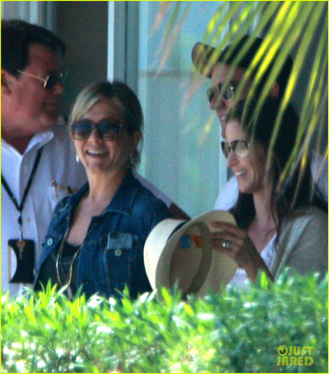 jennifer aniston justin theroux receive warm welcome in mexico 032933951
